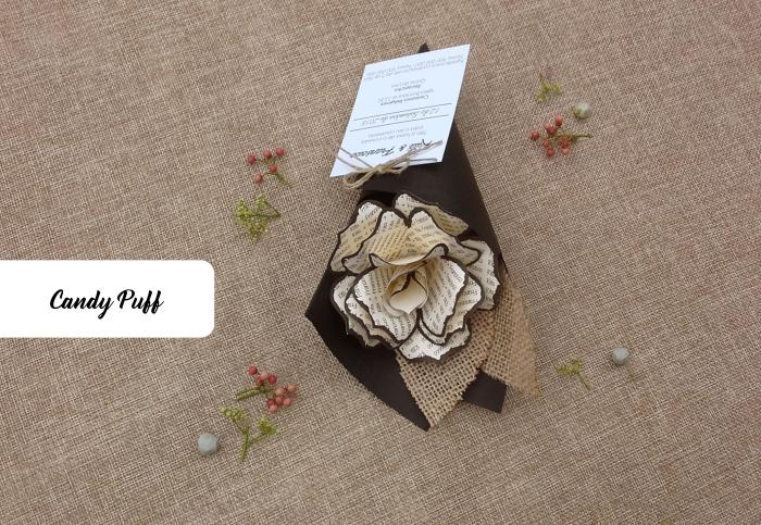 Rosa de papel com palavras para convite de casamento